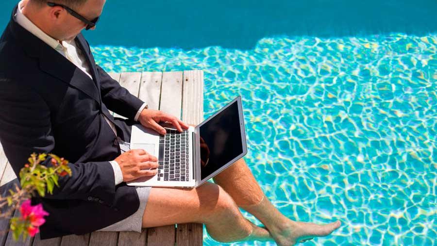 Работника нельзя отозвать из отпуска, если в результате он не отгуляет 14 дней отпуска подряд